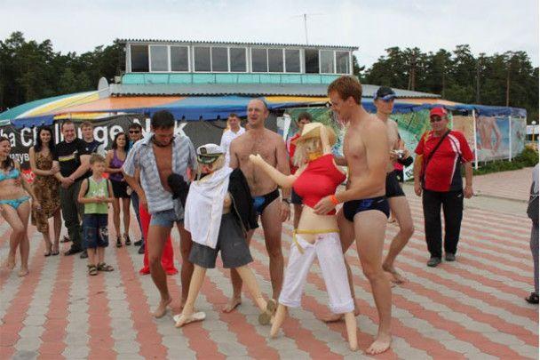 В Росії відбувся заплив на гумових блондинках з секс-шопу
