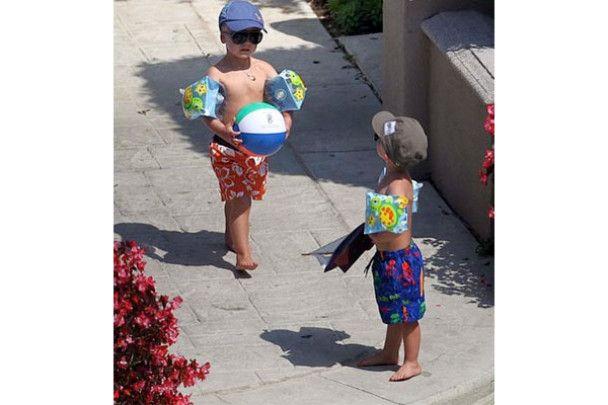 Брітні Спірс смокче льодяники і вчить синів плавати