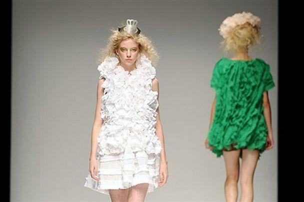 Яскраві сукні та золоті корони на London Fashion Week