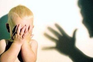 Мати по-звірячому побила своїх дітей до напівсмерті