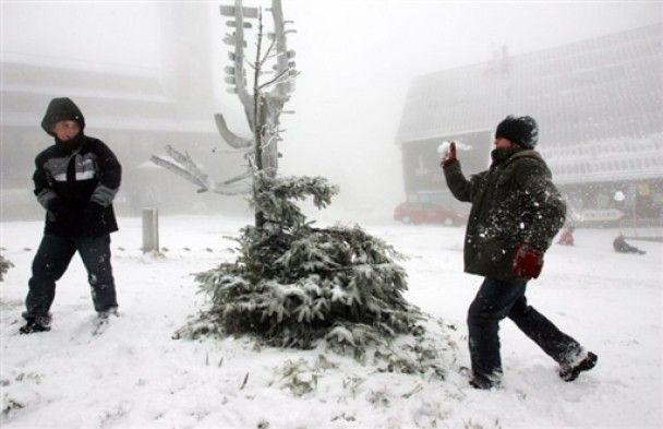 Снігопад паралізував Австрію та Польщу: 100 тисяч людей без світла