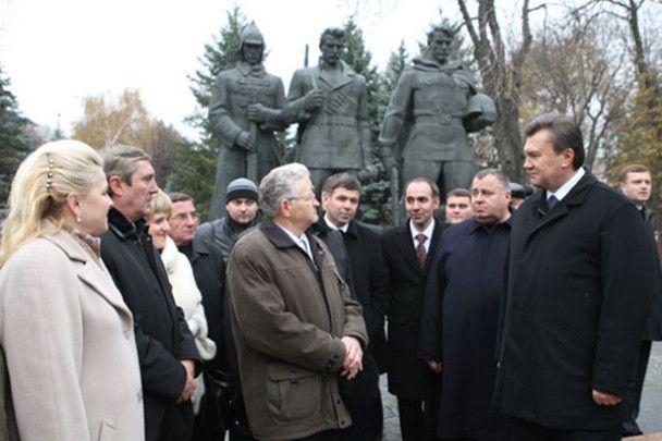 Янукович у Вінниці відвідав собор і аптеку