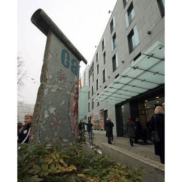 Фрагмент Берлінського муру в Києві