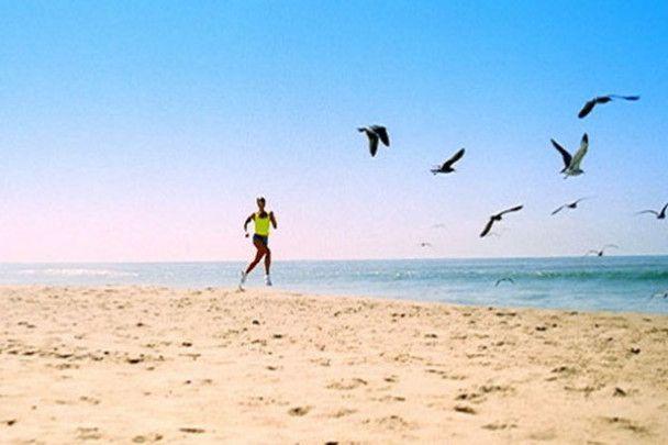 За Жанною Фріске на пляжі підглядав Жан Рено