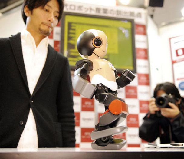Японські роботи грають у футбол і готують їжу