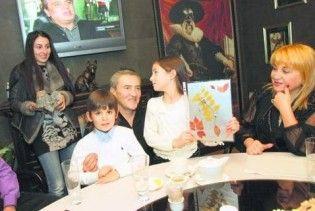 Черновецькому подарували скелет динозавра і листівку від Тимошенко