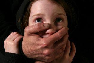 У Києві чоловік задушив 10-річну доньку сусідки