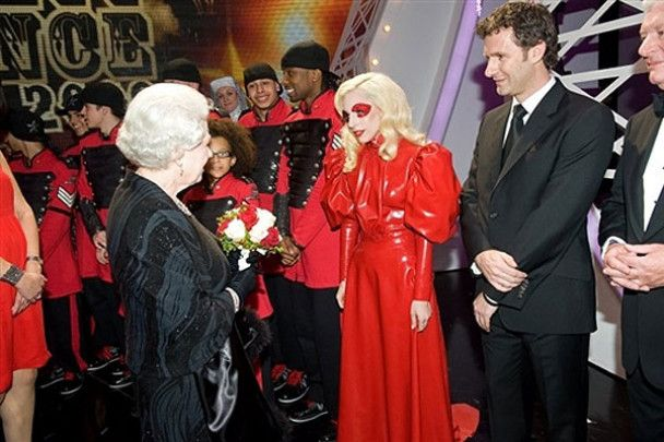 Виступ Леді Гага для королеви Британії