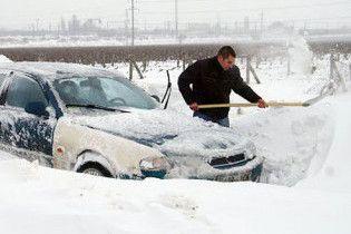Між Херсоном та Миколаєвом у заметах застрягли 100 автомобілів