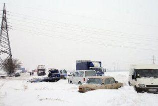 Між Херсоном і Миколаєвом застряло майже 700 автомобілів, буксують БТРи