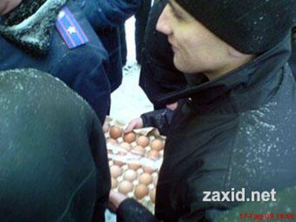 На Галичині Януковича зустріли яйцями