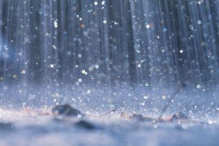 На вихідних Україну заливатимуть дощі з градом