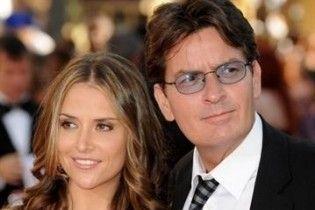 Суд висунув Чарлі Шину звинувачення в нападі на дружину