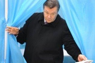 Янукович проголосував без дружини, але з Ганною Герман