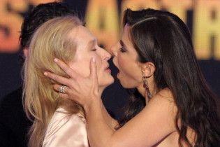 Сандра Буллок прямо на сцені пристрасно поцілувала Меріл Стріп