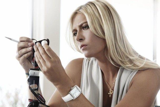 Марія Шарапова сексуально рекламує годинники та окуляри