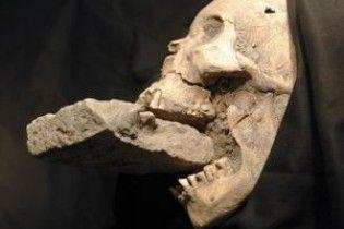 Знайдено скелет вампірки з вовчими зубами і цеглиною в роті