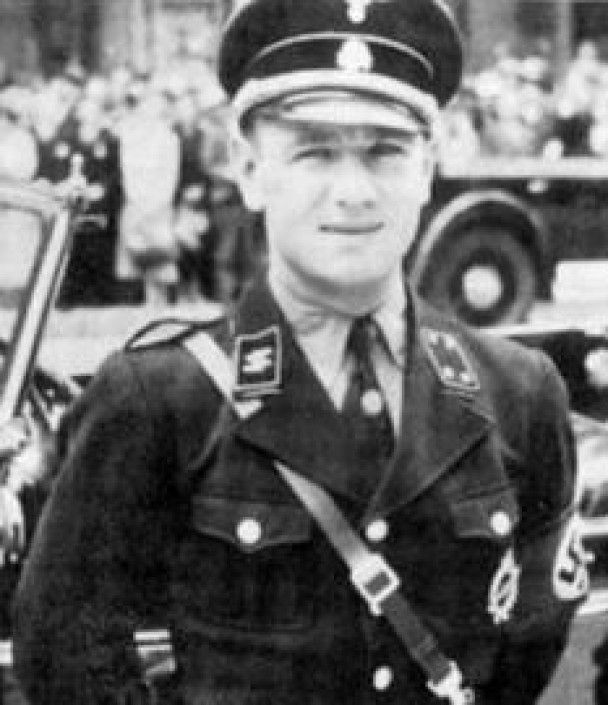 Водій Гітлера розповів, як спалив тіло фюрера