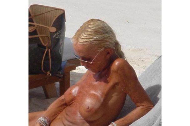 Донателла Версаче шокувала пляж своїм страшним голим тілом