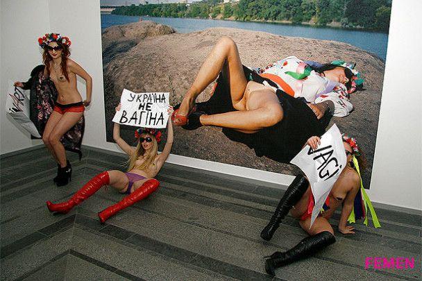 """Голі активістки FEMEN влаштували акцію """"Вагінарт"""""""