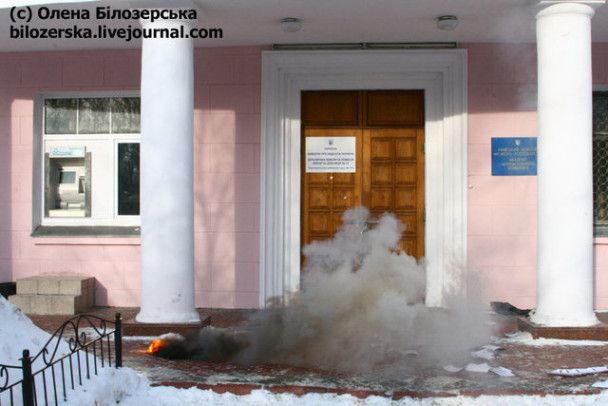 Автономні націоналісти закидали димовими шашками виборчу дільницю в Києві