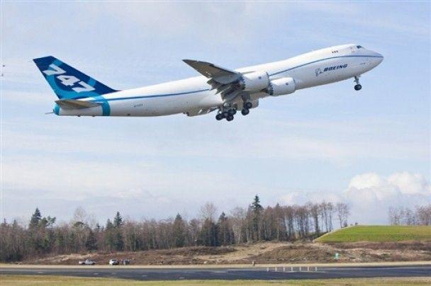 Найбільший вантажний літак Boeing 747-8 здійснив перший політ
