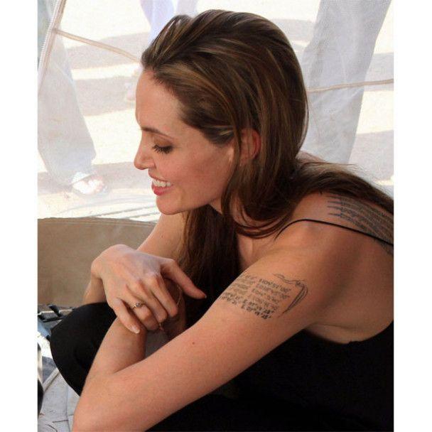Анджеліна Джолі їсть тарганів