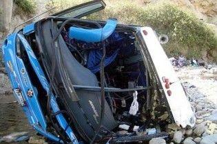 Жертвами лобового зіткнення автобусів у Перу стали 38 людей