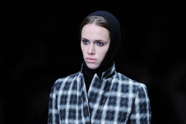 На Лондонському тижні моди сині сукні та спідниці в клітинку