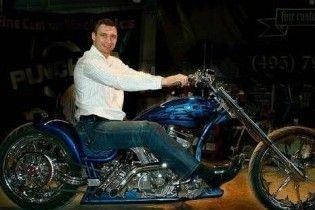 """Віталій Кличко подарував брату мотоцикл """"Удар"""""""