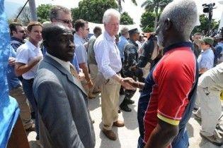 Буш після рукостискання з гаїтянином витер руку об Клінтона