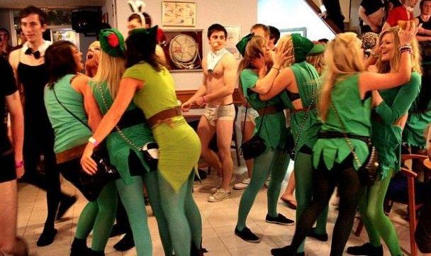 Тисячі п'яних британських студентів окупували курорти Іспанії