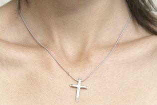У Британії лікарям заборонили носити натільні хрестики