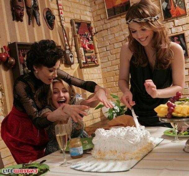 Надя Мейхер та Альбіна Джанабаєва подарували Бушміній соску та слинявчик