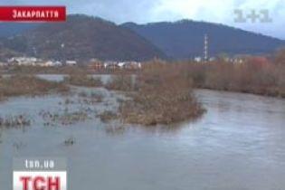 На Закарпатті підвищується рівень води (відео)