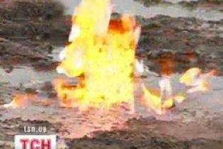На Франківщині у полі витікає газ, яким люди користуються досхочу