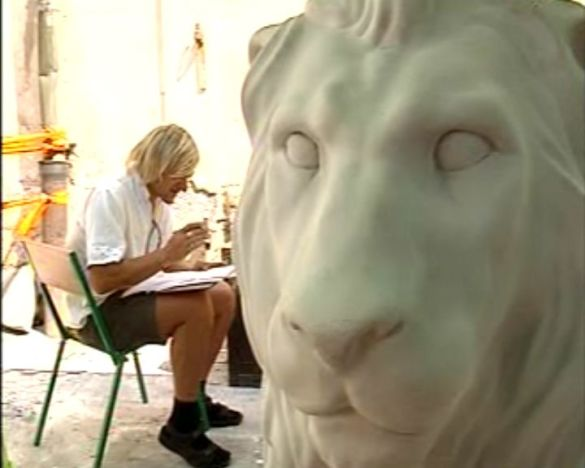 Олег Скрипка та письменник Юрій Андрухович розмальовують левів