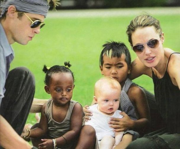 Джоли с детьми пересечет Сахару на верблюдах