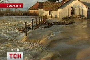 На Закарпатті затопило двадцять сіл, перекрито дороги