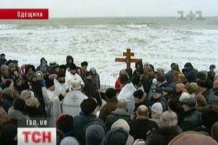 Мешканці Іллічівська скупалися в крижаному бурхливому морі