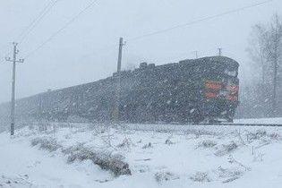 Снігопад в Україні призупинив рух на залізниці і автотрасах