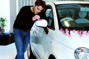 Англієць за чотири дні перефарбував Fiat 500 лаком для нігтів