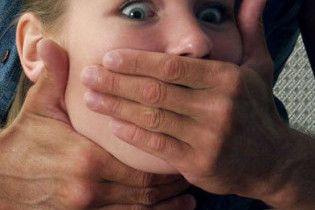 На пляжі дівчину згвалтували і задушили колготками, а її друга - ременем