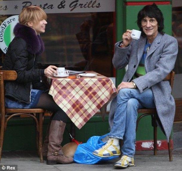 Російська коханка гітариста Rolling Stones заважає жити його сусідам
