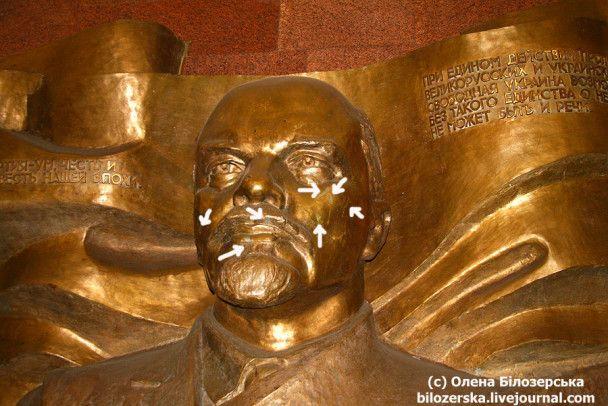 У київському метро подряпали кувалдами горельєф Леніна