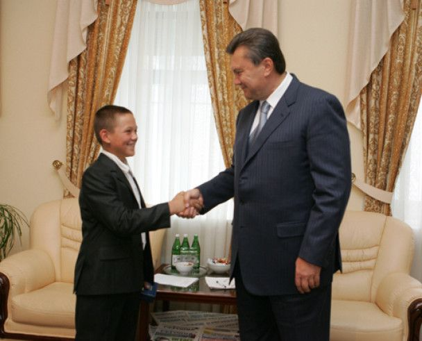 Янукович подарував хлопчику-сироті свою мобілку й годинник