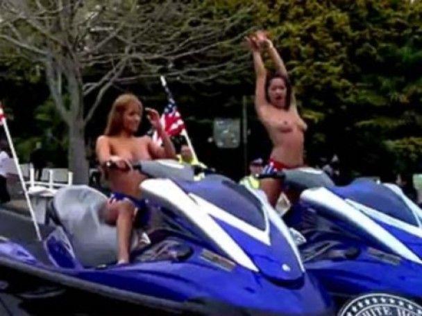 Жінка із 24-кілограмовим бюстом керує порно-парадом