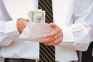 Половина українців отримує зарплати у конвертах
