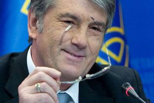 Ющенко нагородив званням заслуженого працівника культури ворожбита