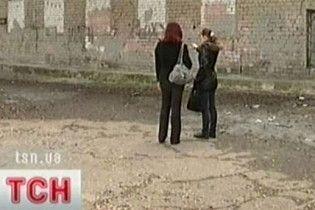 """Донецькі дівчата влаштували в елітній школі """"нежіночу"""" бійку"""